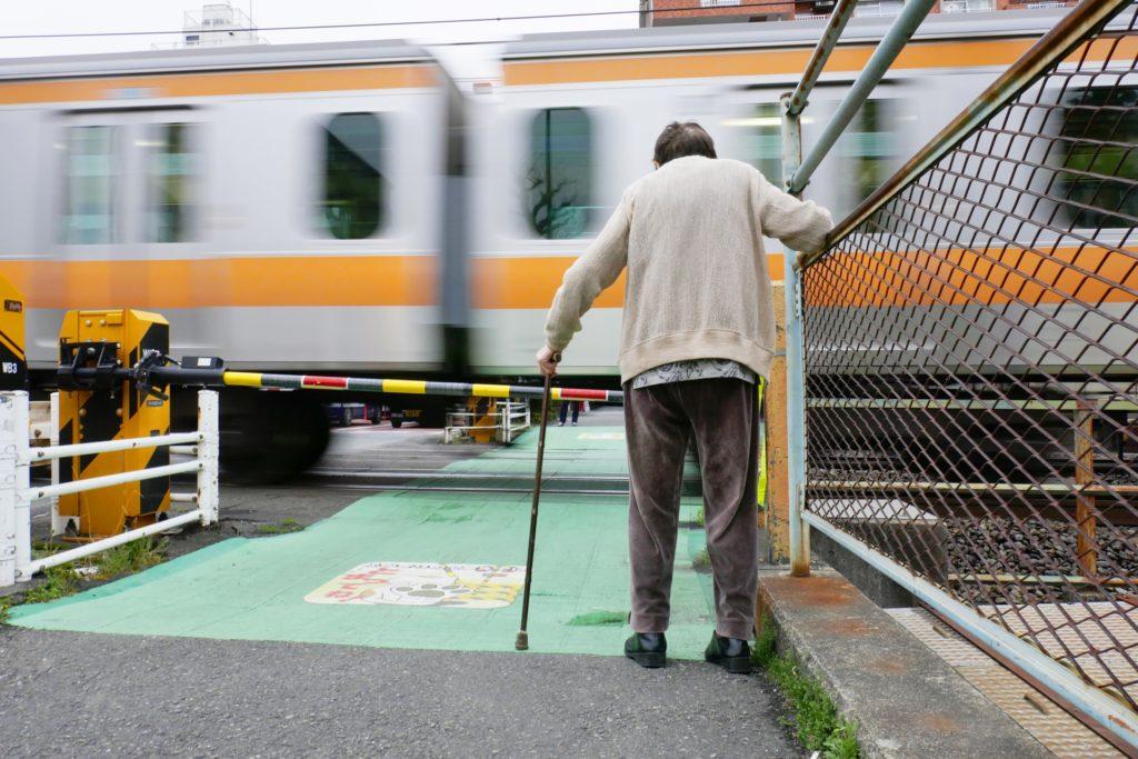 高齢者 老人と踏切