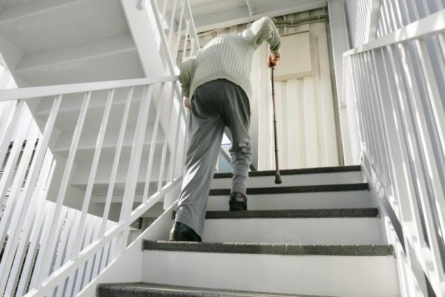 高齢者 老人と階段