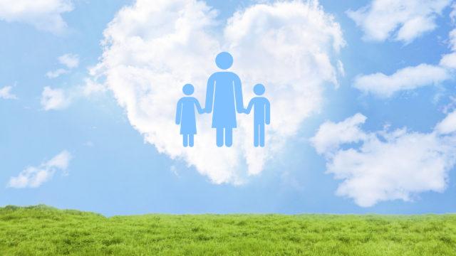 シングルマザーとハート型の雲と青空と緑